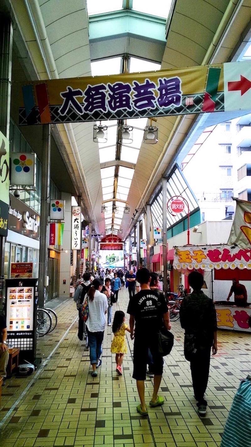 商店街には大須演芸場の旗